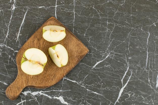 Tranches de pomme verte. pomme verte biologique sur planche de bois.