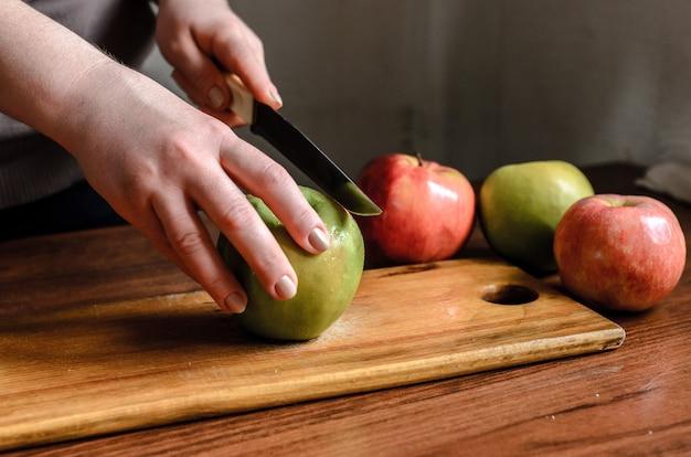 Tranches de pommes sur une planche de bois.