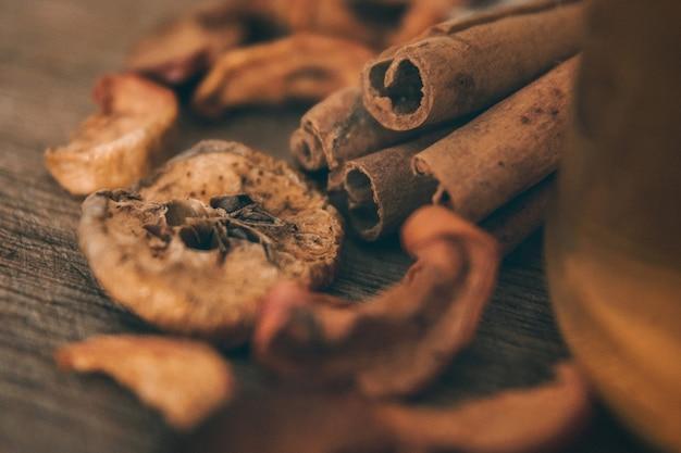 Tranches de pommes séchées dans un sac en toile et sur une planche marron, vue de dessus, tonification vintage. fermer.