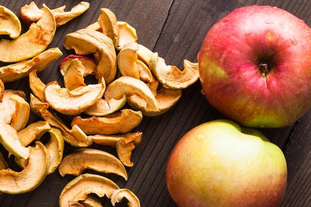 Tranches de pommes séchées sur la table en bois libre