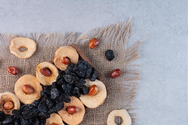 Tranches de pommes sèches avec cerises sèches et prunes.