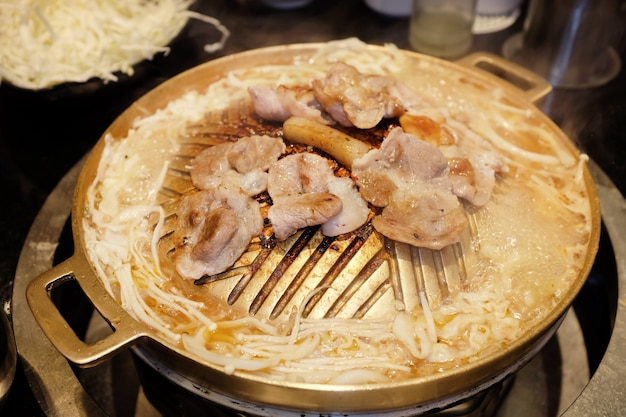 Tranches de porc grillées sur une poêle chaude