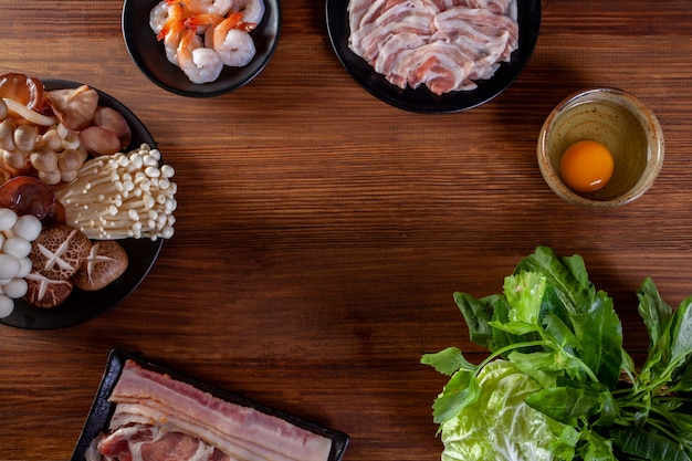 Tranches de porc légumes et oeufs pour sukiyaki