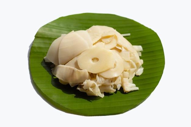 Tranches de pousses de bambou conservées sur feuille de bananier
