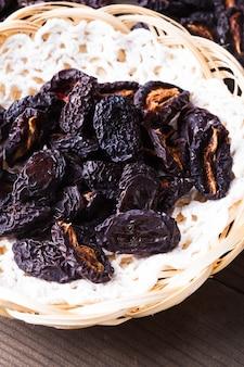 Tranches de prunes séchées en gros plan sur une assiette