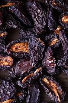 Tranches de prunes séchées gros plan sur une table