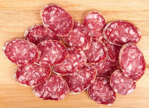 Tranches de salami italien sur planche de bois