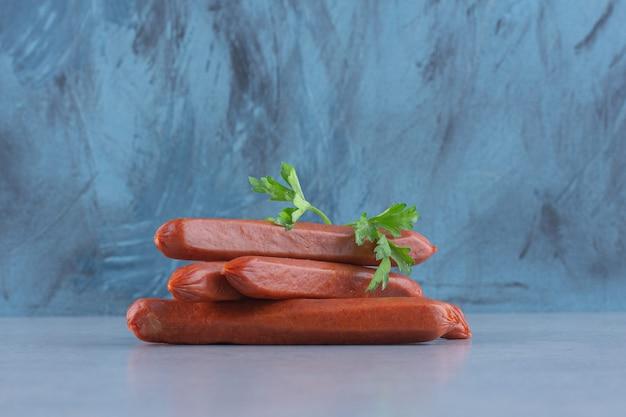 Tranches de salami de saucisse sur planche grise.