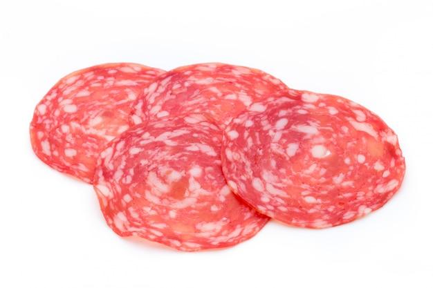 Tranches de saucisse fumée de salami isolés sur la découpe de fond blanc.