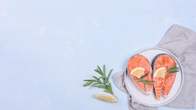 Tranches de saumon sur plaque blanche