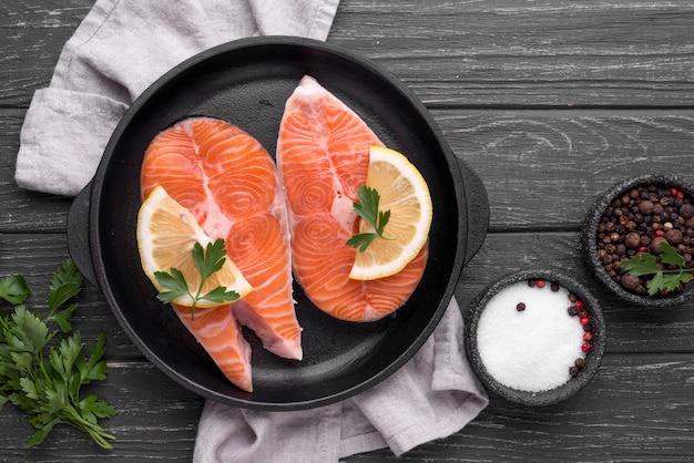 Tranches de saumon rouge cru
