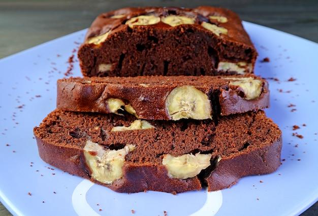 Tranches de savoureux gâteau aux bananes au chocolat noir fait maison sur une assiette