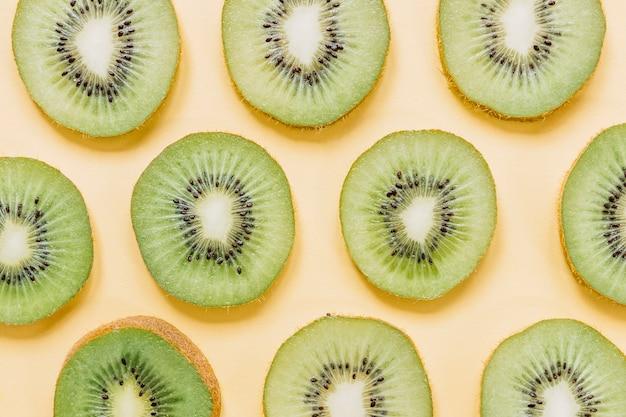 Tranches de savoureux kiwi mûr