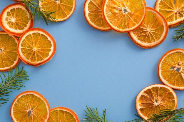 Tranches séchées agrumes agrumes sur fond bleu clair. décor d'arômes naturels faits maison.