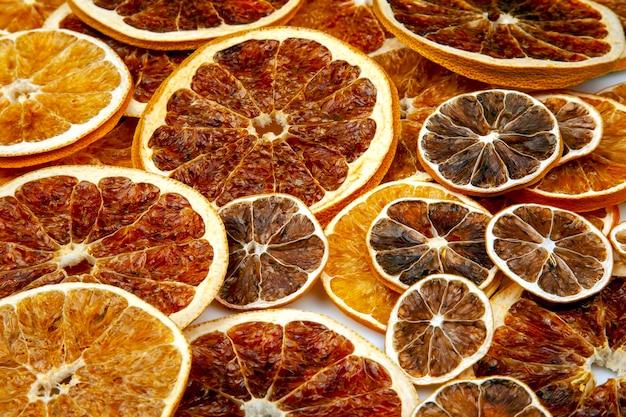Tranches séchées de divers agrumes. agrumes vitaminés pour une alimentation saine