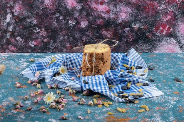 Tranches de tarte attachées sur une serviette bleue à carreaux.