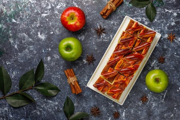 Tranches de tarte aux pommes maison sur sombre, vue de dessus