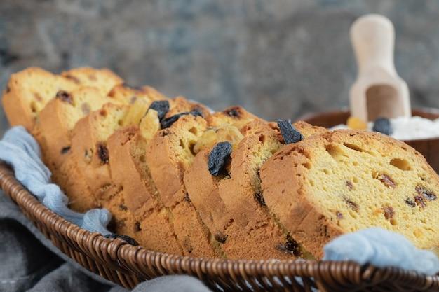 Tranches de tarte sultana dans un panier en bois.