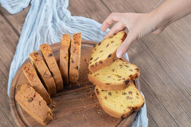 Tranches de tarte sultana sur planche de bois.