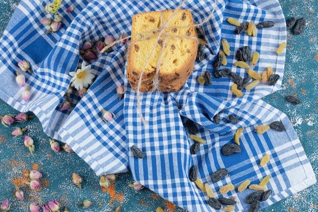 Tranches de tarte sultana sur table .