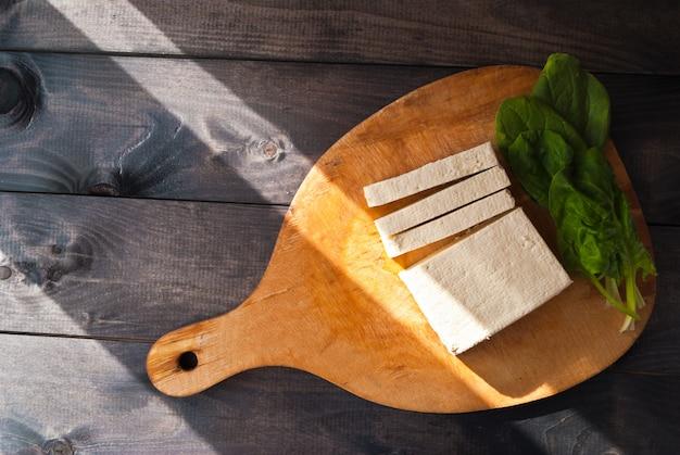 Tranches de tofu et d'épinards crus