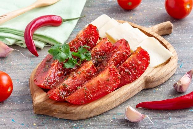 Tranches de tomates aux piments forts et à l'huile d'olive