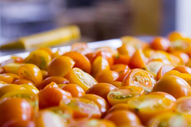Tranches de tomates rouges fraîches sur une table