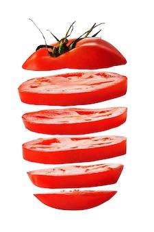 Tranches de tomates rouges isolés sur fond blanc
