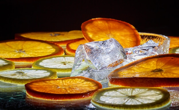 Tranches transparentes d'oranges et de citrons sur le verre