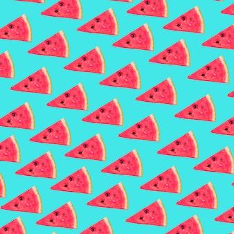 Tranches triangulaires de melon d'eau fraîche sur fond turquoise