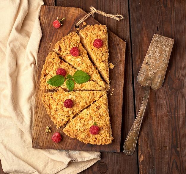 Tranches triangulaires de tarte crumble aux pommes