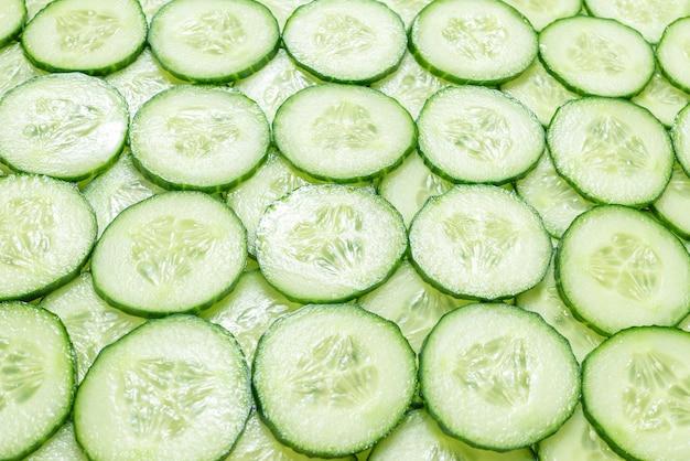 Tranches vertes fraîches de concombre comme surface