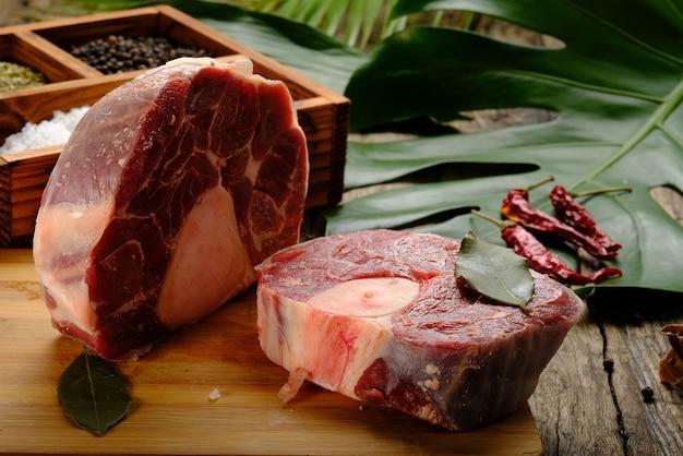 Tranches de viande de boeuf sur table en bois avec des épices