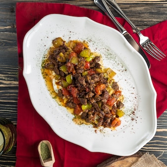 Tranches de viande frites avec poivrons et épices