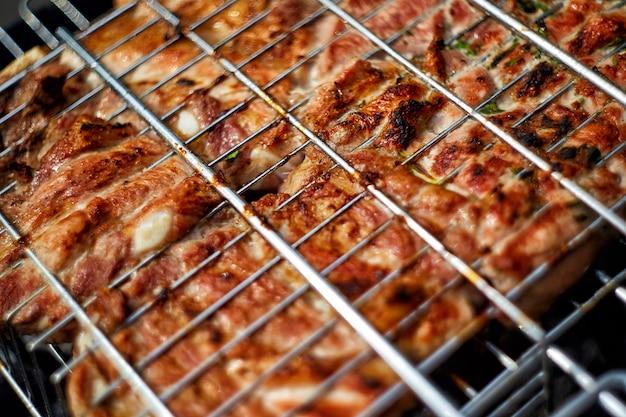 Tranches de viande hachée sur le gril