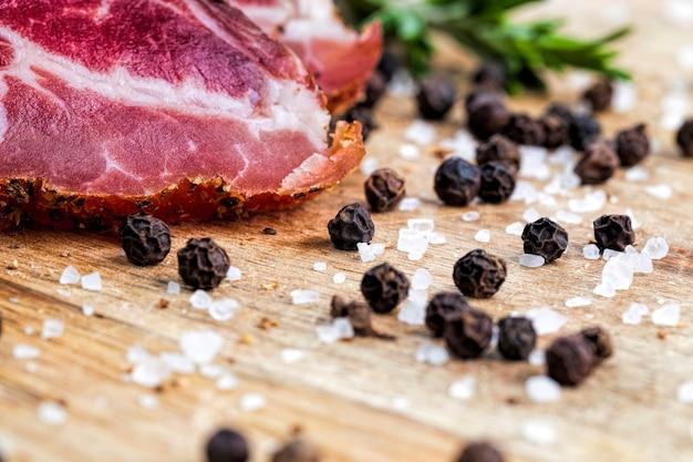 Tranches de viande prête à l'emploi tout en servant la table des fêtes et la cuisson, un gros plan de produits carnés, la viande a du saindoux et des épices sont à côté