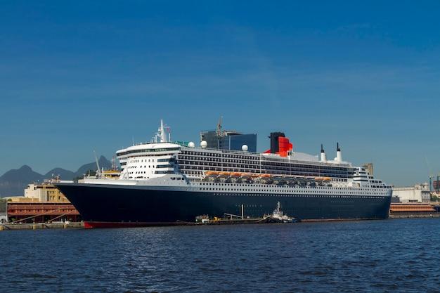 Transatlantique ancré à l'embarcadère du port de la ville de rio de janeiro