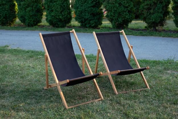 Transats sur pelouse. salon de jardin en bois pour se détendre