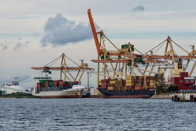 Transbordement de conteneurs au port