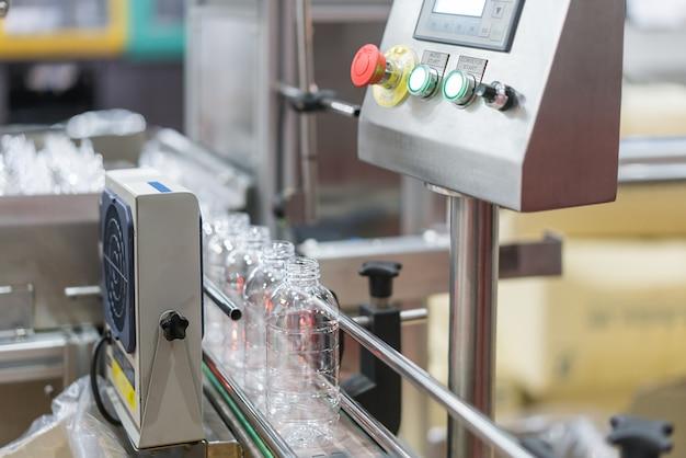 Transfert des bouteilles d'eau claire sur le système de convoyeur.