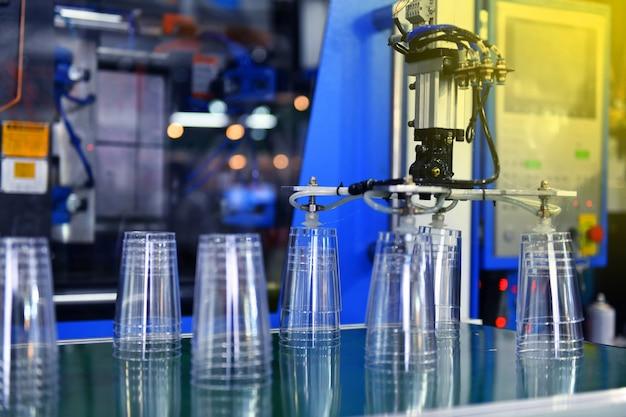 Transfert de verre en plastique transparent sur l'automatisation industrielle des systèmes de convoyeurs automatisés pour l'emballage