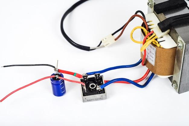 Transformateur de courant alternatif en courant continu avec pont de diodes et condensateur.