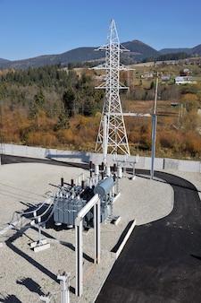 Transformateur de puissance rempli d'huile haute tension sur sous-station électrique.