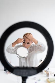 Transgenre de coup moyen appliquant le maquillage
