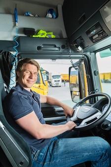 Transitaire ou chauffeur de camion dans le chapeau du conducteur