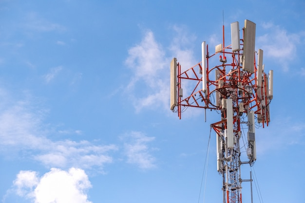 Transmission de télécommunication par câble haut pôle et ligne pour le signal 5g 4g et internet dans la zone.