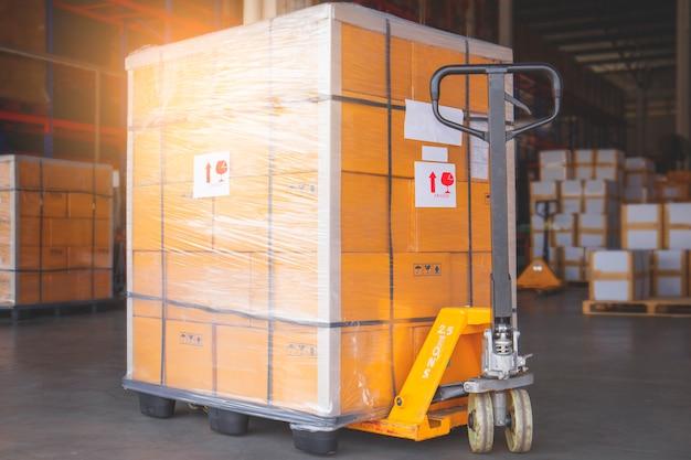 Transpalette manuel avec transport de palette de marchandises au transport