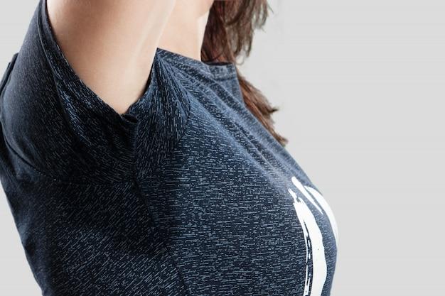 Transpiration sous le bras, gros plan sous les aisselles humides. combattez avec de la sueur, déodorant.