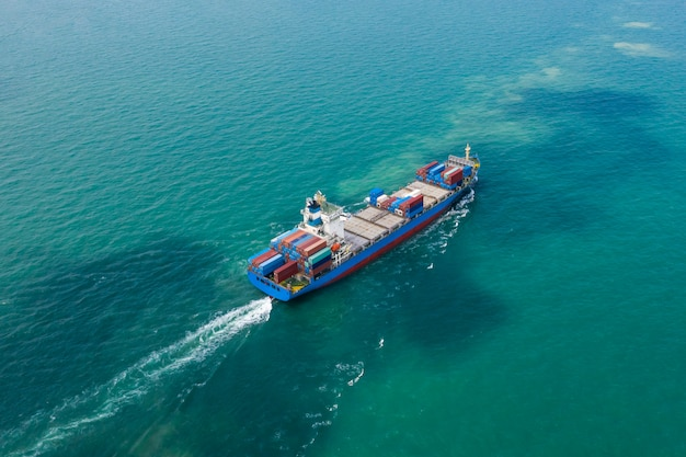 Transport commercial expédition conteneurs de fret océans effroi