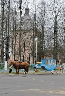 Transport devant le monastère de saint-euthyme à souzdal, russie.